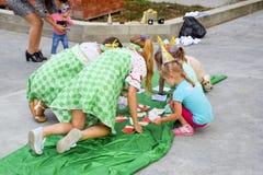 Loisirs des enfants préscolaires Animateurs à une partie d'enfants Jeux de action et se développants pour des enfants Photo libre de droits