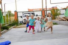 Loisirs des enfants préscolaires Animateurs à une partie d'enfants Jeux de action et se développants pour des enfants Photos stock
