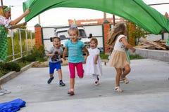 Loisirs des enfants préscolaires Animateurs à une partie d'enfants Jeux de action et se développants pour des enfants Images libres de droits
