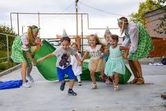 Loisirs des enfants préscolaires Animateurs à une partie d'enfants Jeux de action et se développants pour des enfants Image stock
