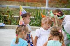 Loisirs des enfants préscolaires Animateurs à une partie d'enfants Jeux de action et se développants pour des enfants Photographie stock libre de droits