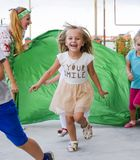 Loisirs des enfants préscolaires Animateurs à une partie d'enfants Jeux de action et se développants pour des enfants Photos libres de droits