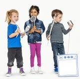 Loisirs occasionnels préscolaires de studio de garçons et de filles d'enfants Images libres de droits