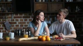 Loisirs positifs de dépense de couples ensemble à la maison clips vidéos