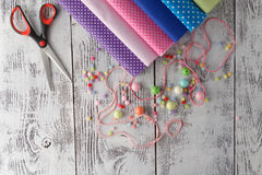 Loisirs pour le concepr de femme Perles sur la table avec les utencils de couture Image stock