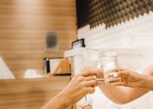 Loisirs, vacances, mangeant, concept de personnes et de nourriture - amis dînant au restaurant et faisant tinter des boissons photo stock