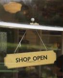 A loja aberta assina dentro a janela Foto de Stock