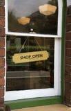 A loja aberta assina dentro a janela Fotos de Stock