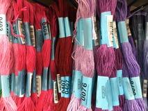 A loja arquiva com fios coloridos para a costura de ornamento Fotografia de Stock Royalty Free