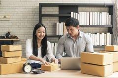 Loja asiática nova da empresa de pequeno porte da partida do proprietário do empresário em linha Conceito do comércio eletrónico foto de stock