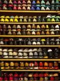 Loja colorida conservada em estoque das prateleiras das sapatas das bailarinas imagem de stock