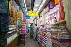 Loja colorida de pano em Yangon imagens de stock