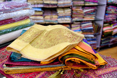 Loja colorida de pano na Índia imagens de stock royalty free