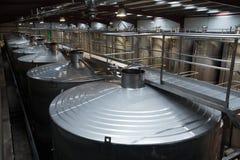 Loja com processamento de reservatórios na planta do vinho foto de stock