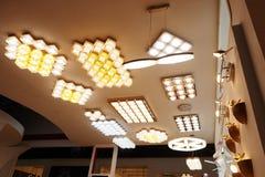 Loja conduzida da iluminação do teto foto de stock