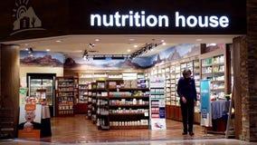A loja da casa da nutrição prepara o closing na noite vídeos de arquivo