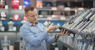 Loja da eletrônica, um homem que guarda um misturador video estoque