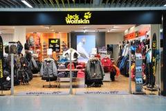 Loja da forma de Jack Wolfskin no aeroporto de Francoforte Fotografia de Stock