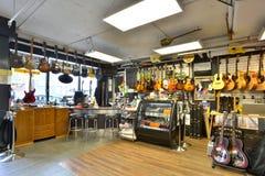 Loja da guitarra completamente das guitarra fotografia de stock