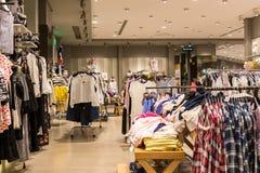 Loja da roupa da forma no shopping Imagem de Stock Royalty Free