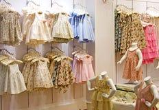 Loja da roupa das crianças Fotos de Stock