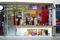 Loja da roupa interior na rua velha da cidade de Vilnius Foto de Stock