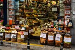 Loja da rua dos chás e das especiarias em Istambul imagens de stock