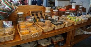 Loja da rua em Itália com alimento tradicional fotos de stock