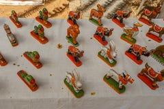 Loja da rua que vende brinquedos cerâmicos pintados feitos à mão do papagaio, elefante, cavalo, coelho Chennai Índia 25 de fevere Foto de Stock Royalty Free