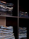 Loja das calças de brim: bens nos shelfs Fotos de Stock