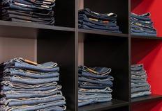 Loja das calças de brim: bens nos shelfs Imagens de Stock Royalty Free