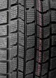 Loja das peças do carro Blocos e sipes do passo no pneu novo detalhado Foto de Stock