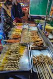 Loja de alimento deliciosa da rua no mercado da noite de yiwu foto de stock