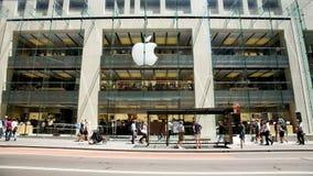 Loja de Apple, compra dos povos para computadores Fotografia de Stock