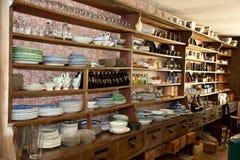 Loja de bens secos do vintage com produtos vidreiros no indicador Imagem de Stock Royalty Free