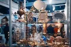 Loja de bronze dos utensílios com artesanatos e lembranças foto de stock