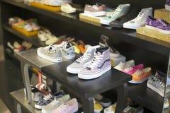 Loja de calçados casuais fotografia de stock
