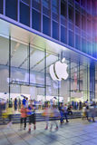 Loja de capitânia na noite, beijing de Apple, China Imagem de Stock