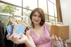 Loja de cartões do crédito da mulher fotografia de stock