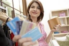 Loja de cartões do crédito da mulher fotos de stock