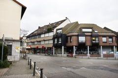 Loja de construção clássica do vintage com paisagem e arquitetura da cidade na vila de Sandhausen em Heidelberg, Alemanha imagens de stock