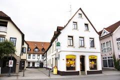 Loja de construção clássica do vintage com paisagem e arquitetura da cidade na vila de Sandhausen em Heidelberg, Alemanha imagem de stock royalty free