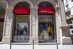 Loja de Ferrari, produtor dos carros desportivos e carros de competência, expecially famosos em raças de fórmula 1 em Milão, Itál fotos de stock royalty free