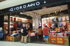 Loja de Giordano da visita dos clientes para comprar o pano Foto de Stock Royalty Free