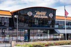 Loja de Harley Davidson exterior com bandeira dos E.U. foto de stock