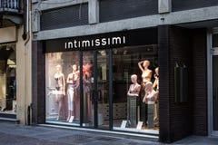 Loja de Intimissimi 'através de Maestra 'a rua principal no dedicada à compra na cidade de alba em Itália imagens de stock royalty free