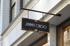 A loja de Jimmy Choo assina dentro St de Greene, Soho, em New York Fotos de Stock Royalty Free