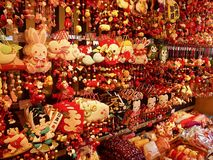 Loja de lembrança japonesa completamente de pendentes pequenos e de figuras coloridas foto de stock royalty free