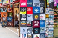 Loja de lembrança na caminhada da parte dianteira de oceano - CALIFÓRNIA de Venice Beach, EUA - 18 DE MARÇO DE 2019 fotos de stock