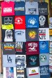 Loja de lembrança na caminhada da parte dianteira de oceano - CALIFÓRNIA de Venice Beach, EUA - 18 DE MARÇO DE 2019 imagem de stock royalty free